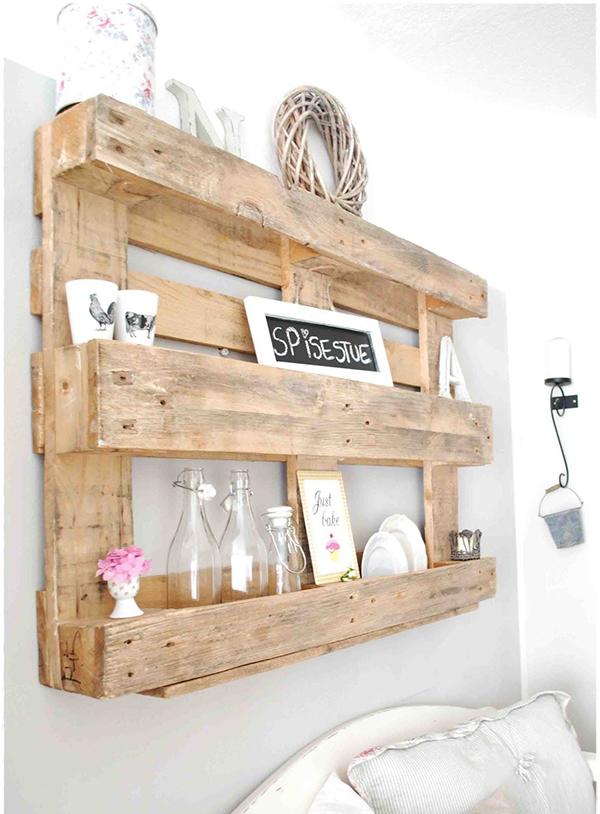 Chiếc kệ gỗ nhỏ xinh này giúp tối ưu công năng và hiện diện mọi nơi . Thiết kế này được làm từ gỗ pallet cũ