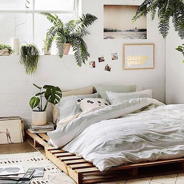 """""""Giường bệt"""" là ý tưởng giúp tận dụng tối đa không gian sống. Mẫu giường này được làm từ gỗ pallet cũ"""