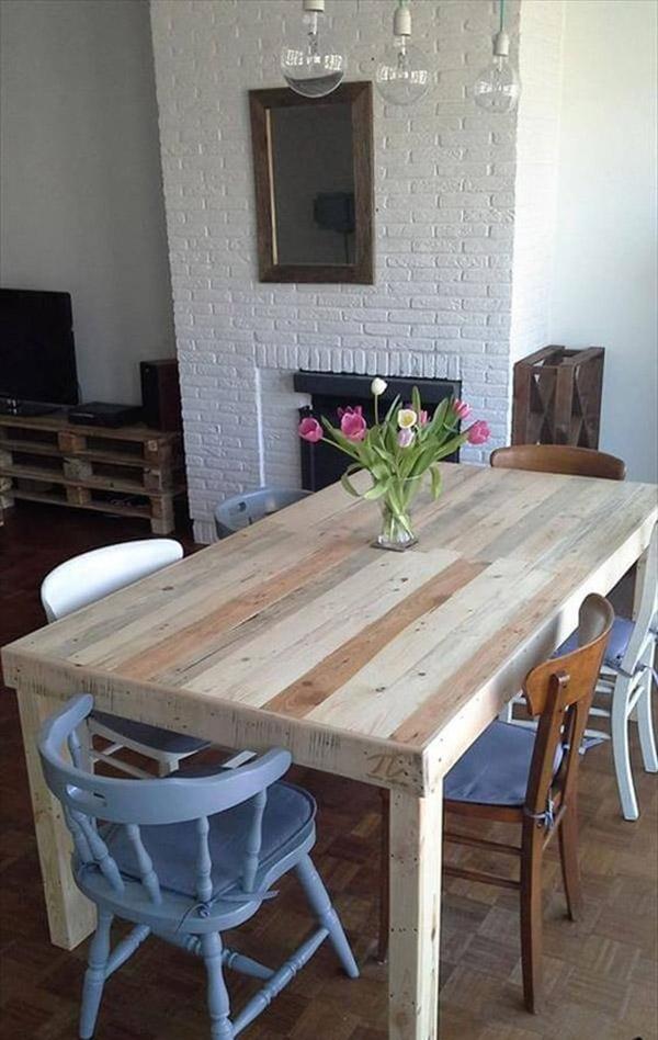 Bàn gỗ pallet đơn giản kết hợp cùng ghế cũ