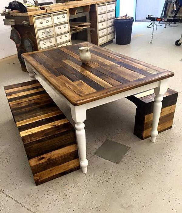 Bộ bàn ghế pallet cổ điển và mộc mạc của chiếc bàn với chân và ghế băng dài tinh tế