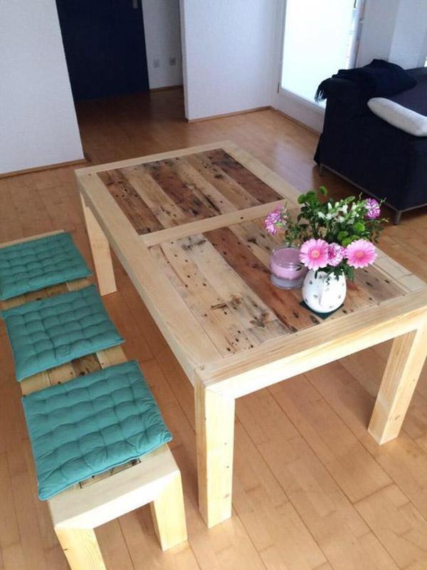 Bàn ăn nhuộm màu sáng cho gỗ và băng ghế cùng tông màu, cùng kiểu