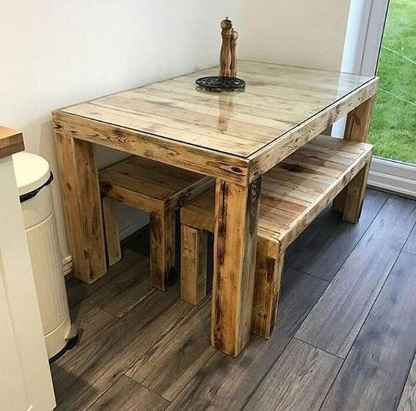 Chiếc bàn mộc mạc với toàn bộ bàn và băng ghế nhuộm màu cơ bản