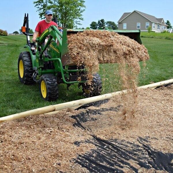 Đổ cát vào sân làm nền mềm