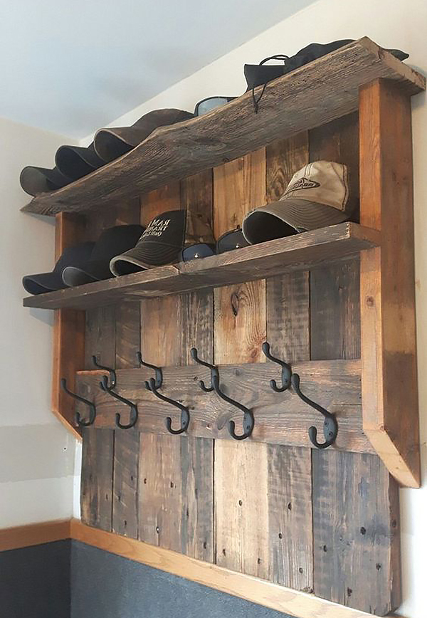 Kệ đặt ở lối vào có ngăn để nón riêng và móc treo đồ